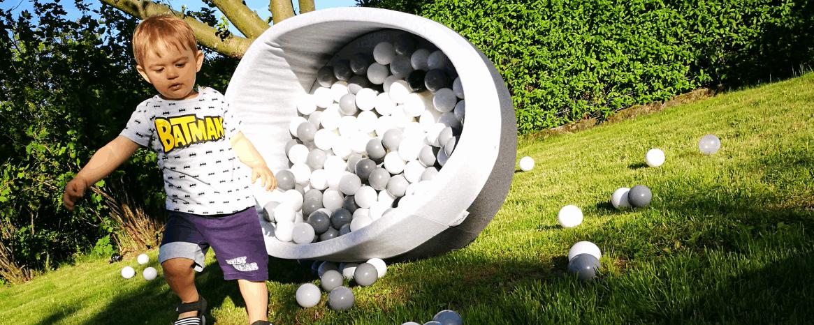 dziecko z suchym basenem babyball