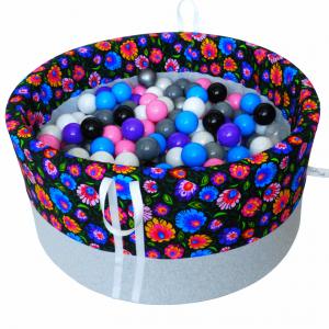 Suchy basenik BabyBall z piłeczkami - łowicki na ciemnym tle