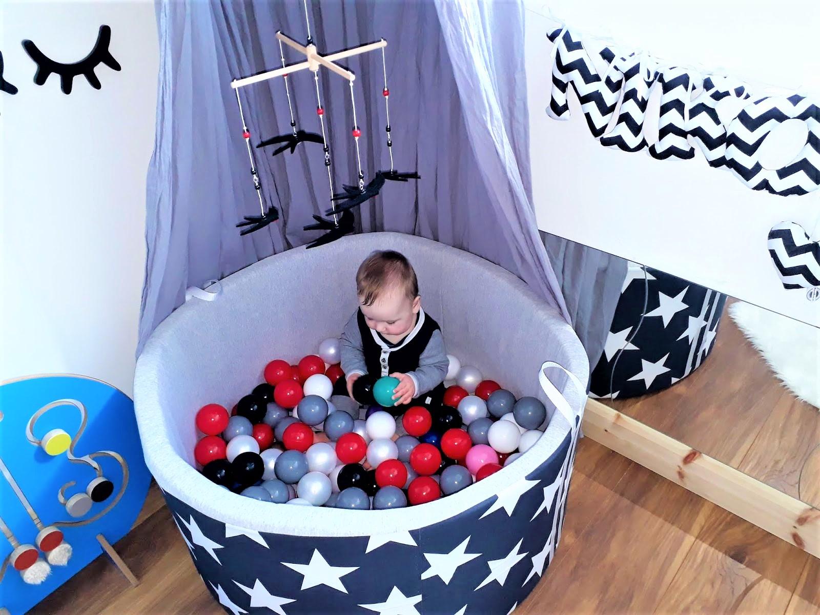 Suchy basen zkulkami – zadowolone dziecko, toszczęśliwa mama