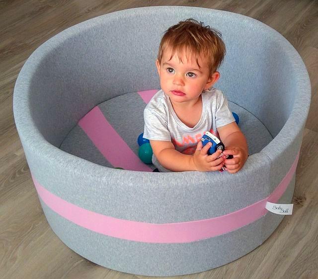 Suchy basen z kulkami – doskonała zabawa dla niemowląt