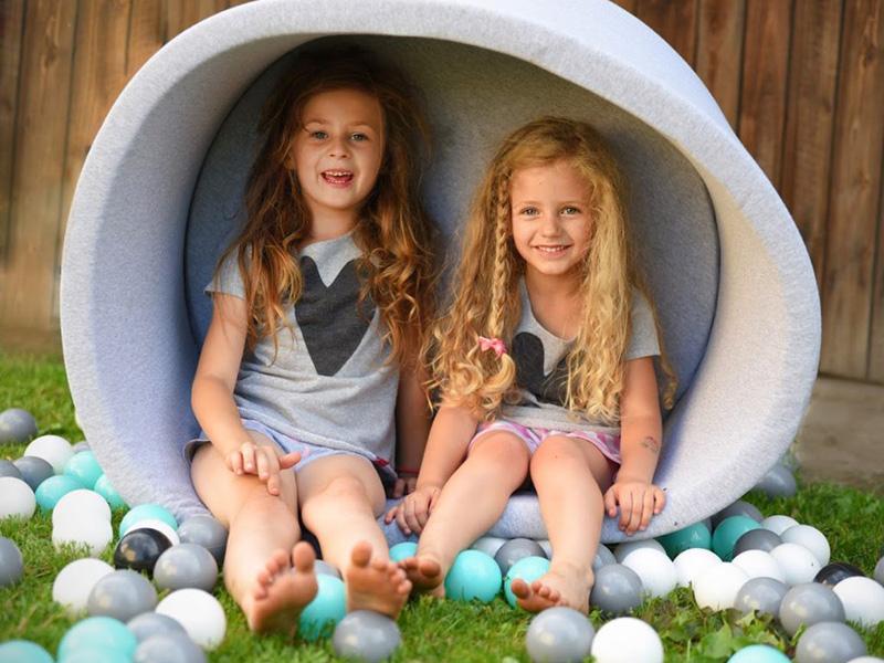 W basenie dwie dziewczynki